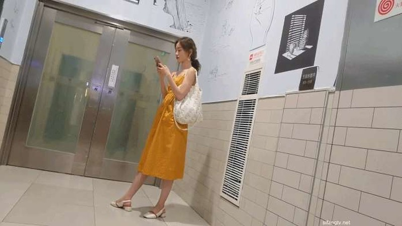 大神四处游走商场地铁站专拍漂亮的妹子的鲍鱼